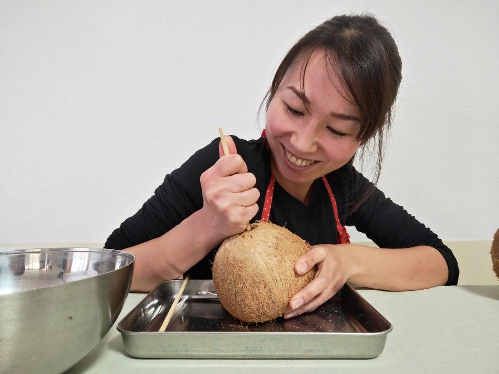 ココナッツの実にストローをさす飲み方に挑戦!ココナッツミルクとオイルも作ってみた
